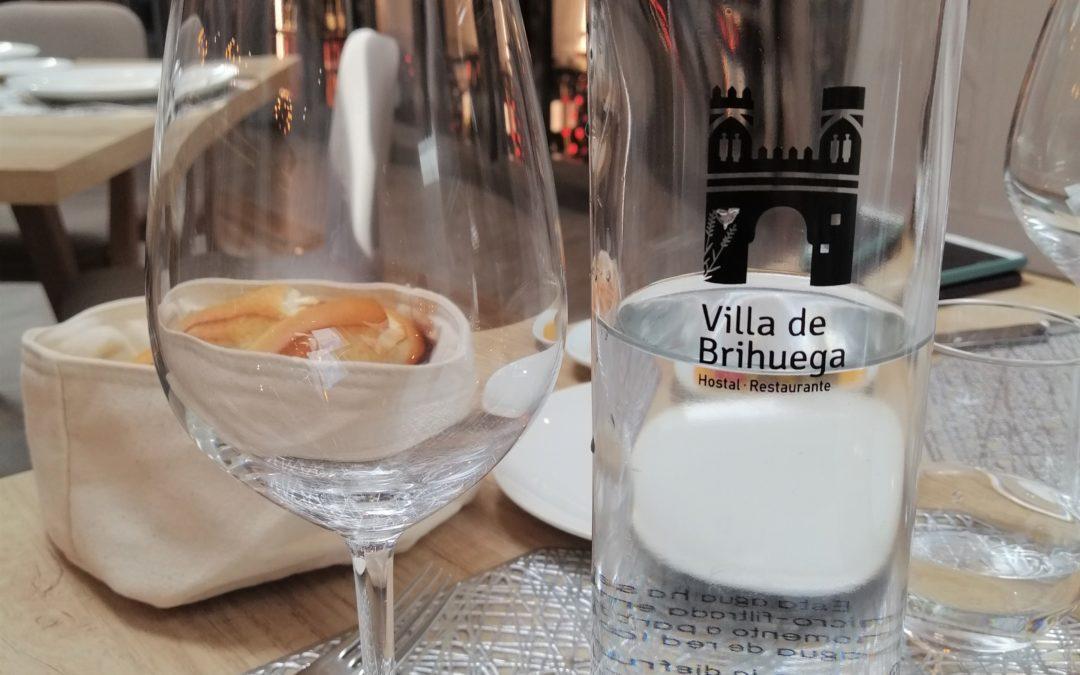 Agua KM Cero en botellas de vidrio reutilizables.